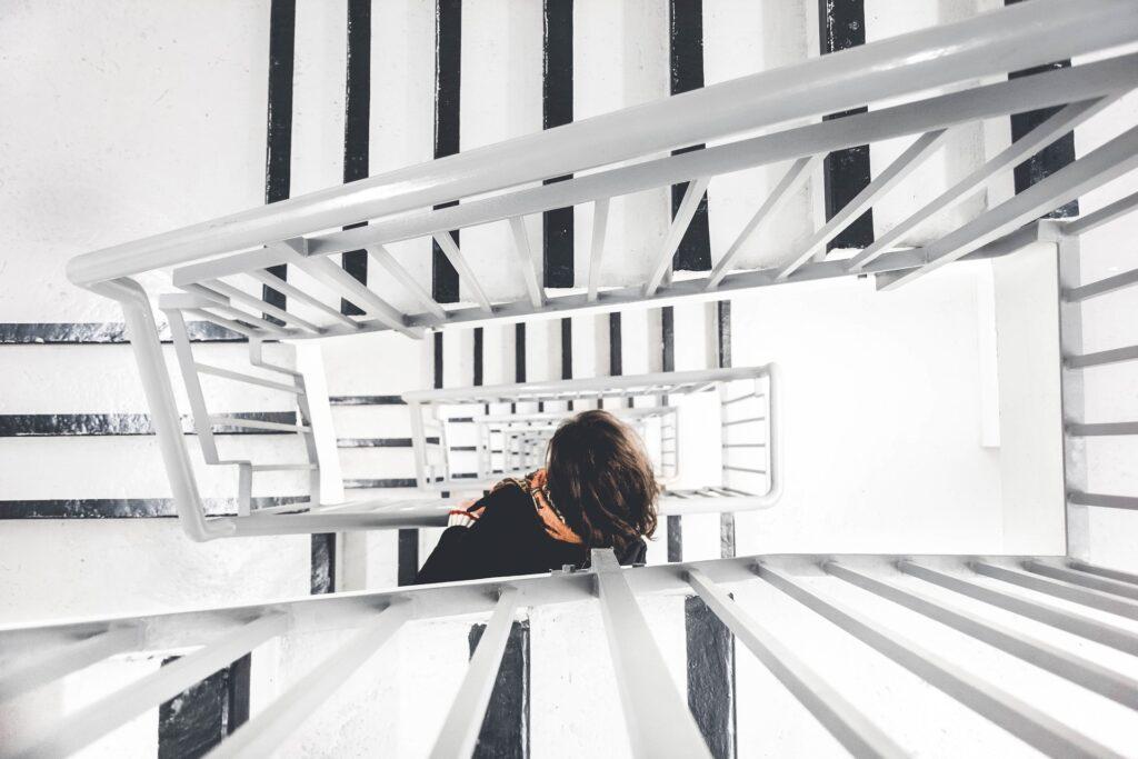 travailleur montant les escaliers